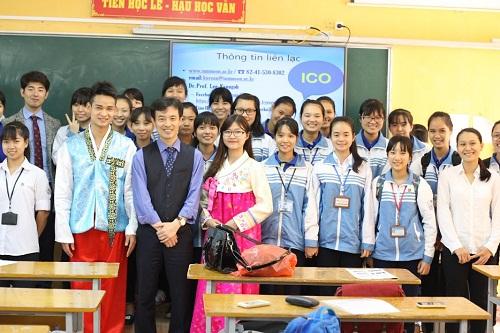 Giáo viên người Hàn tại một lớp học của ICOGroup